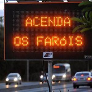 Justiça libera aplicação de multas por farol desligado em rodovias sinalizadas